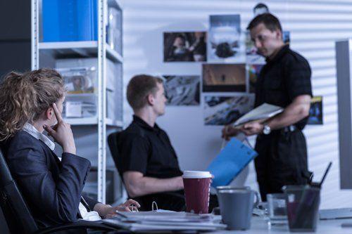 Colleghi seduti in sala conferenze presso Investigazioni Secure Planet