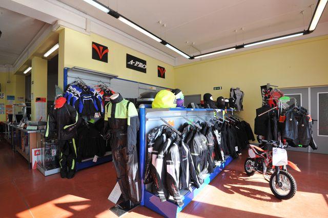 Da Motomania puoi trovare anche abbigliamento tecnico per motociclismo 010499578bf