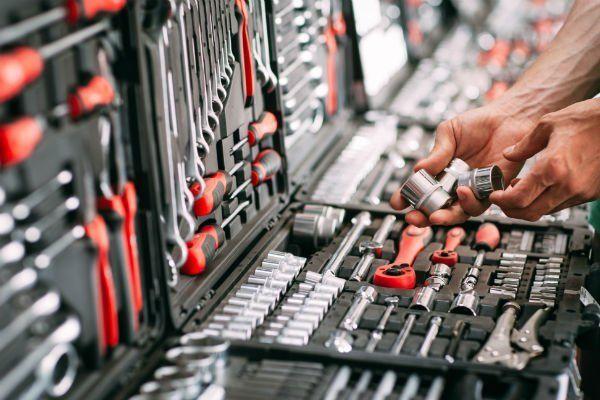 due mani e davanti delle cassette degli attrezzi