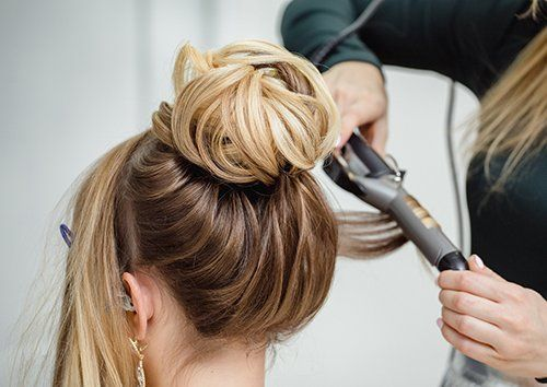 Studente pratica la stiratura capelli a Genova da S.A.P.E.