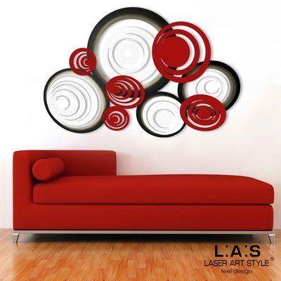 Moderno orologio da parete ed eleganti articoli di arredamento