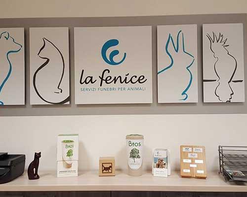 una cornice su un muro con scritto La Fenice Servizi Funebri Per Animali