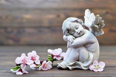 statua di un angelo in marmo con le ali