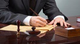 persona in abito formale firma dei documenti