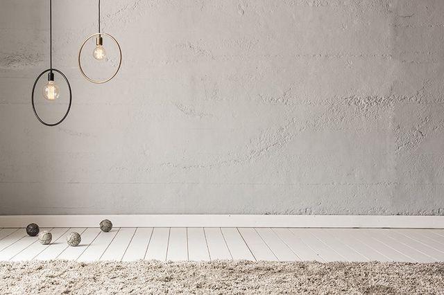 Camera in tonalità di grigio con tappeto dello stesso colore,due originali lamparas con forme de Circulo dove diffusa le lampade e varie palle nel suolo