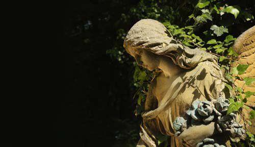 statua di angelo con capo chino