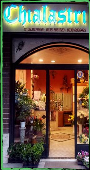 vista interna di un negozio di bouquet con scritta su cartello-CHIALASTRI