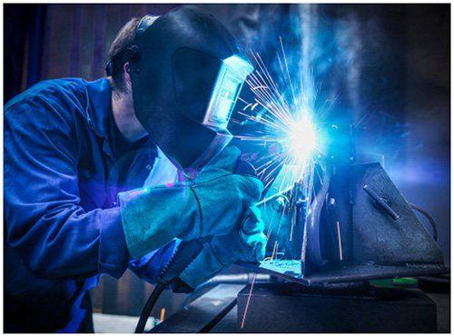 addetto durante un lavoro di carpenteria metallica leggera