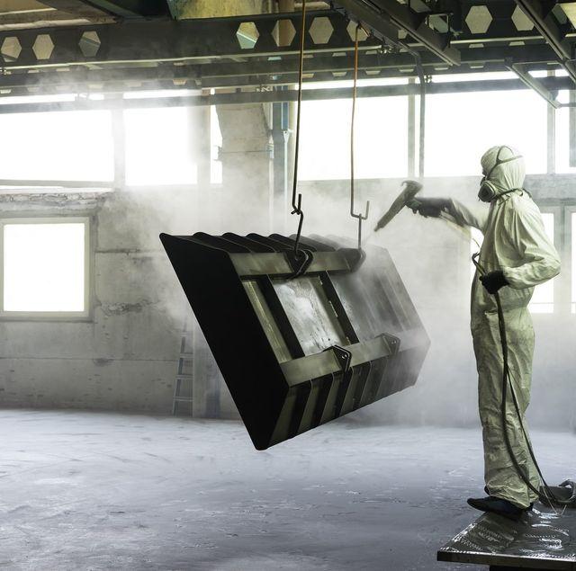 addetto durante una lavorazione di sabbiatura
