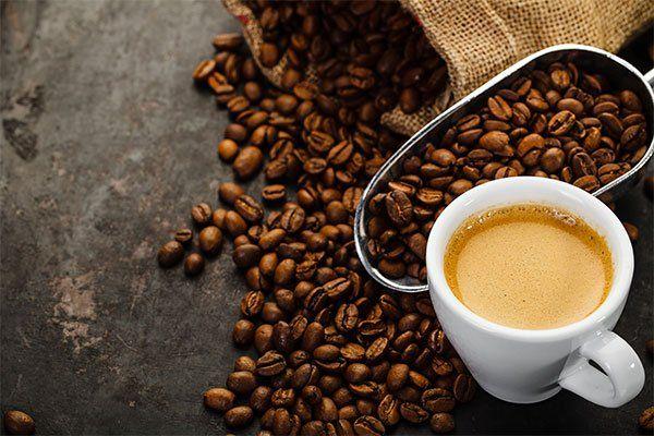 Tazza di caffè e caffè in chicchi