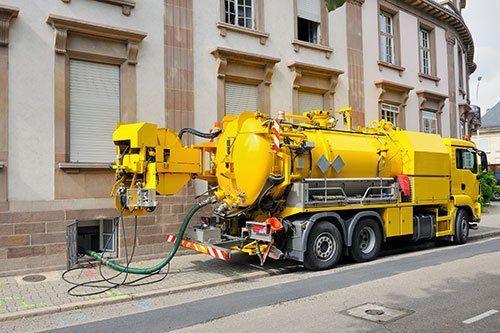 Operatore connettendo i tubi per la pulizia