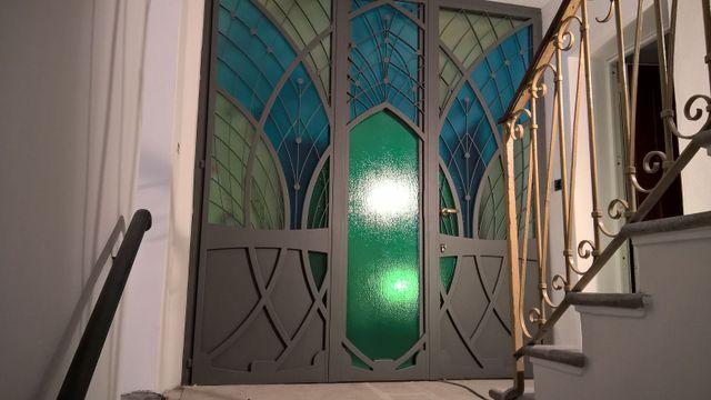 porta in ferro e vetro colorato