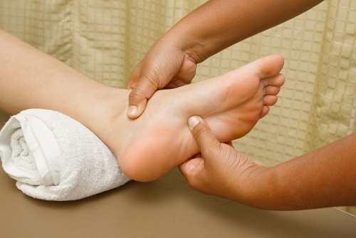 Facendo massaggio al piede