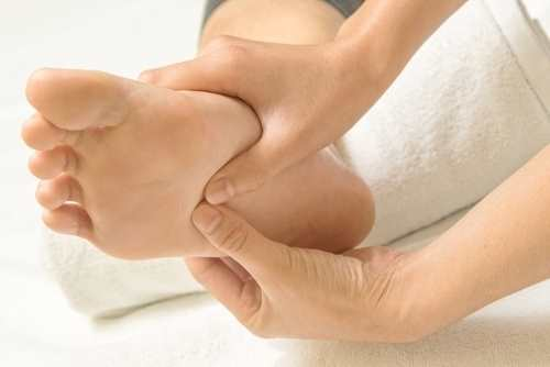 Un massaggio nella pianta del piede