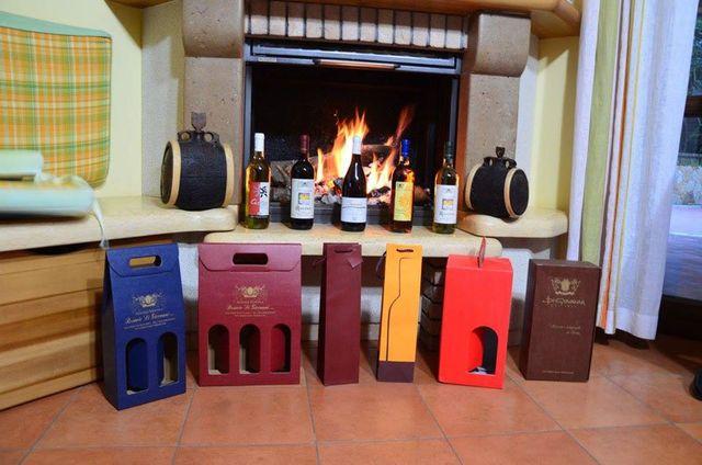 un camino acceso e davanti delle bottiglie di vino