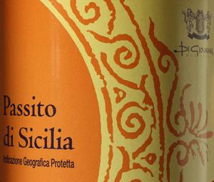 Vista ravvicinata della bottiglia di vino Passito di Sicilia