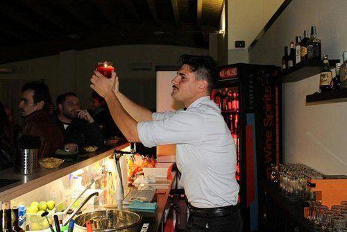 barista prepara un cocktail