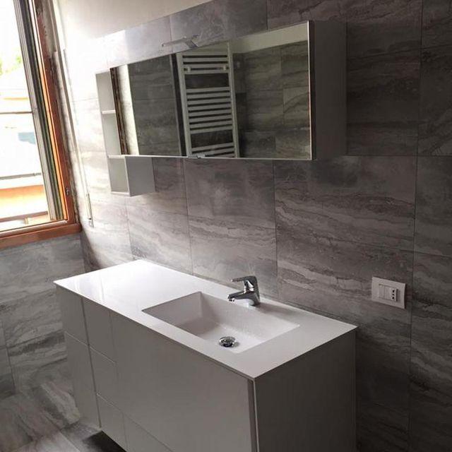 Bagno in marmo  e mobili di progettazione
