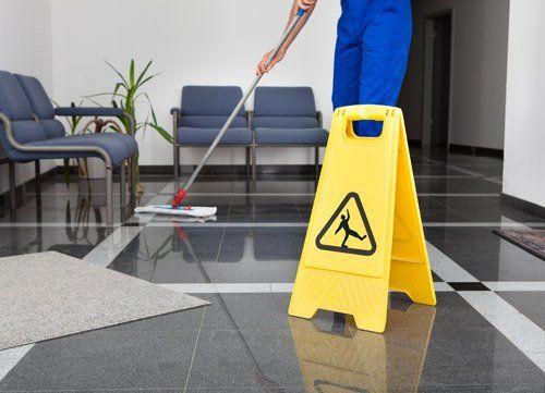 operaio pulisce un pavimento in marmo