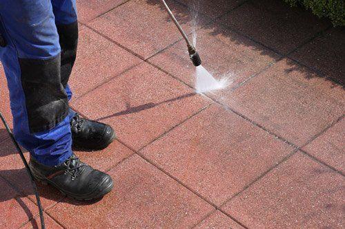 pulizia di mattonelle con idropulitrice