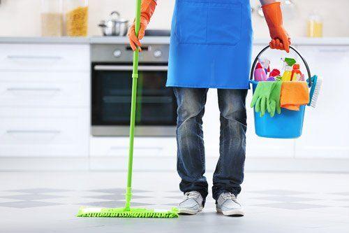 donna delle pulizia in cucina