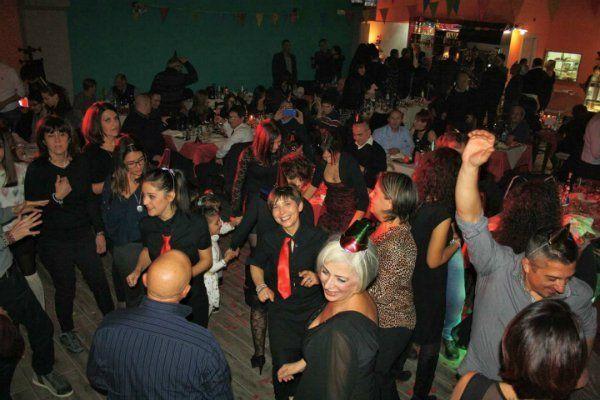 delle persone che ballano durante una festa