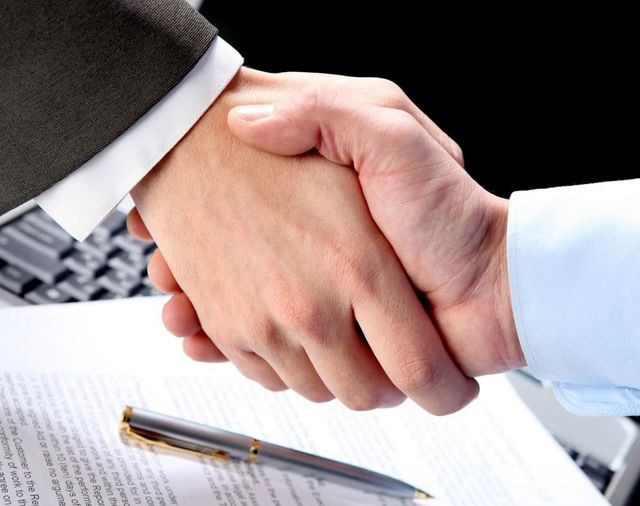 A bankruptcy law professional in Archdale, NC shaking hands with a client