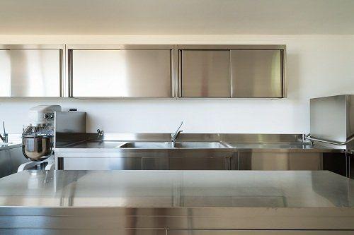 una cucina con mobili in acciaio