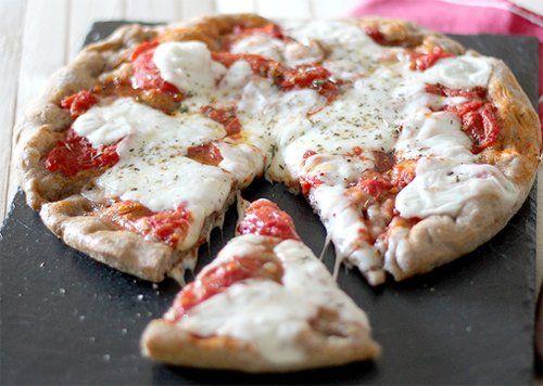 Pizza di segale con pomodoro e tanta mozzarella