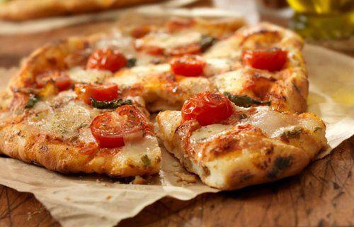Pizza con pomodorini e mozzarella