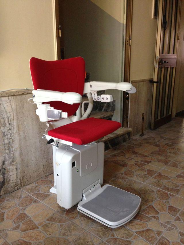 un seggiolino rosso per persone disabili