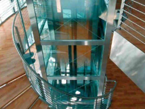 una scala in vetro color azzurro
