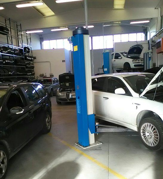 vista di alcune macchine nell'officina viste da davanti