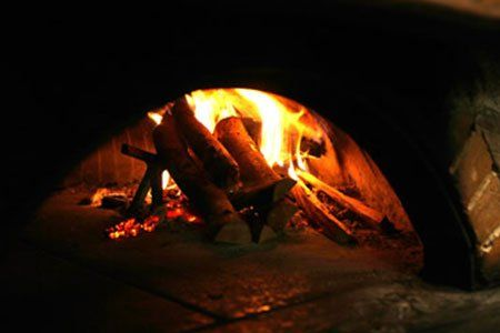 della legna ardente nel forno