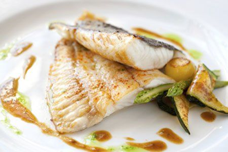un filetto di pesce e delle zucchine