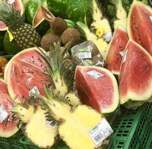 ananas, angurie e kiwi nell'apposito reparto del supermercato a Roma