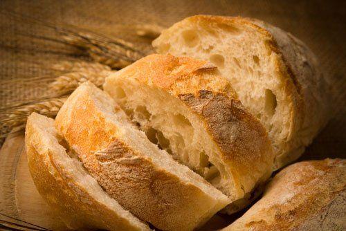 fette di pane sul tagliere e delle spighe