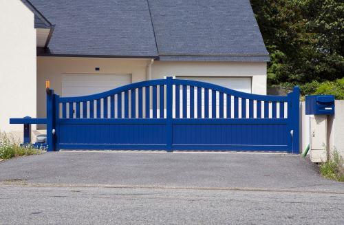 un cancello blu