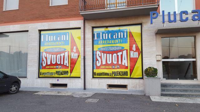 vetrine con pubblicità