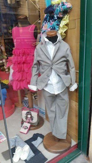 vetrina con vestiti eleganti per bambini