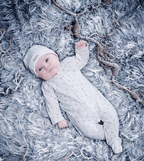 neonato steso