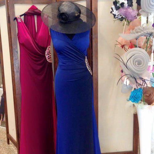 Abiti fucsia e blu per un evento di gala da donna