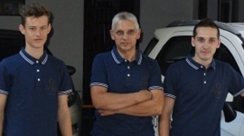 Il titolare dell'officina e due meccanici