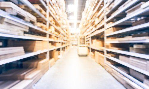 Deposito con legni di diverse dimensioni