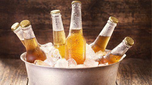 bottiglie di birra dentro cesto con ghiaccio