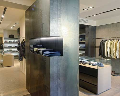 delle camicie e altro abbigliamento all'interno del negozio