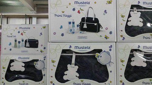 Borsa di viaggio per bebè con tutti i prodotti necessari per la cura