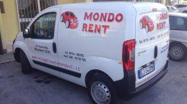 furgone dell azienda MONDO RENT parcheggiato