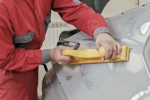 operaio mentre lavora su una macchina per pulire