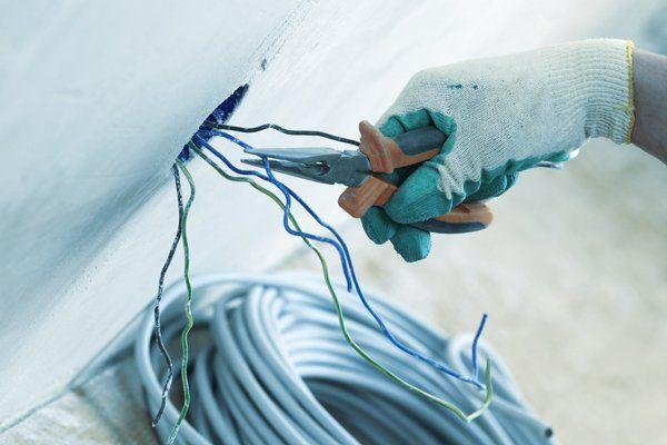 Elettricista al lavoro con un impainto elettrico